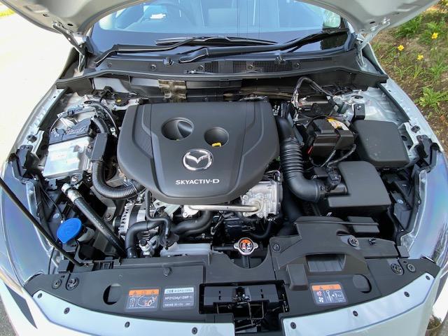 マツダ2のエンジンルームの写真